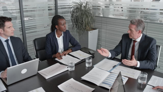 vídeos y material grabado en eventos de stock de director general de cs corriendo de una reunión con los directores en la sala de conferencias - zoom meeting