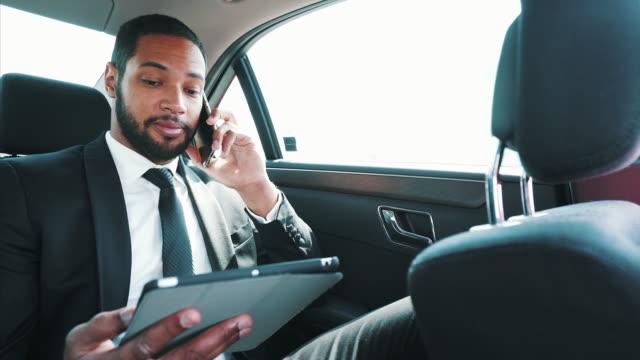 移動中に私のビジネスを管理しています。 - マルチタスク点の映像素材/bロール