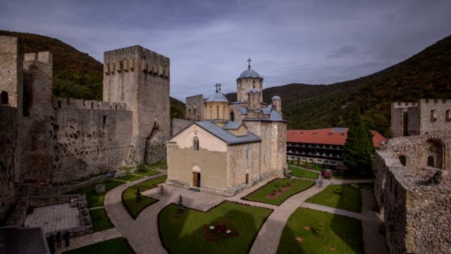 vidéos et rushes de monastère de manasija timelapse - forteresse
