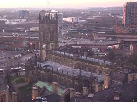 manchester city skyline & cattedrale - manchester inghilterra video stock e b–roll