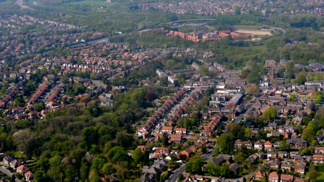manchester stockport aerial view from landing aircraft - manchester inghilterra video stock e b–roll