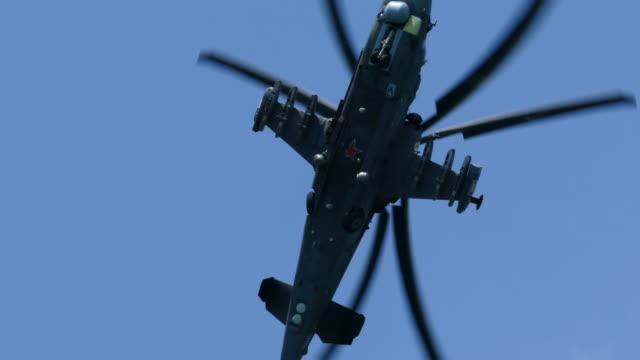 軍用ヘリコプターを操縦する - 軍事点の映像素材/bロール