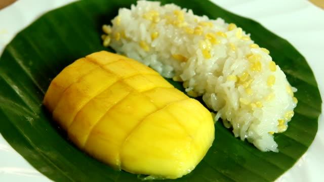 vídeos y material grabado en eventos de stock de mango y arroz pegajoso, comida tailandesa famosa - pegajoso