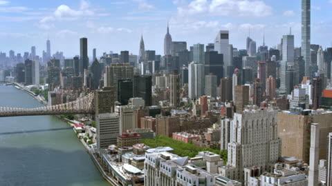 vidéos et rushes de aerial manhattan et le pont de l'île roosevelt - horizon urbain