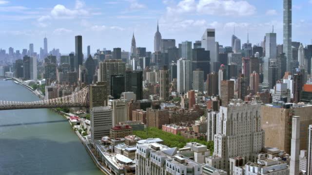 공중 맨하탄과 루즈벨트 섬 교량 - 스카이라인 스톡 비디오 및 b-롤 화면