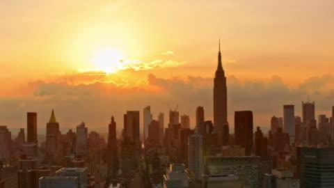 vidéos et rushes de aerial manhattan au coucher du soleil - horizon urbain