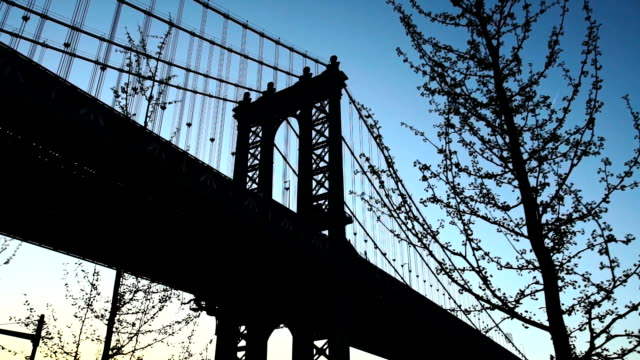ponte di manhattan al tramonto inquadratura portante - subway video stock e b–roll