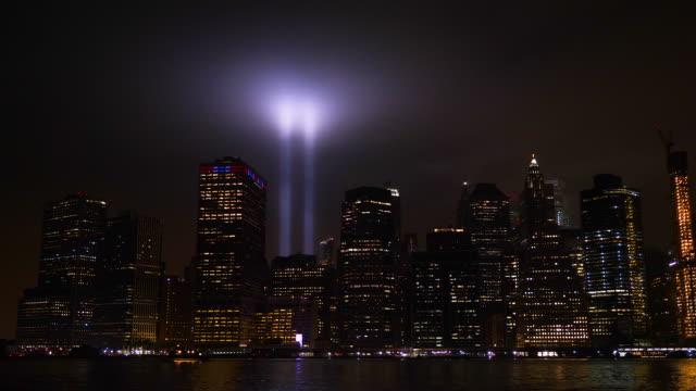 vídeos y material grabado en eventos de stock de vista panorámica de manhattan memorial en las torres de luz de 9/11 - memorial day