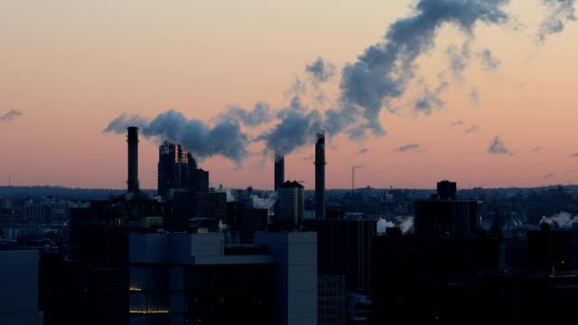 манхэттенская электростанция дым - загрязнение окружающей среды стоковые видео и кадры b-roll