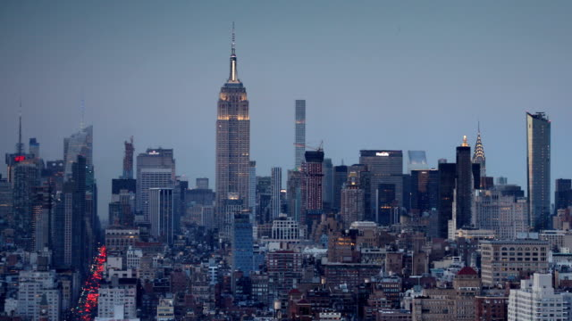 vídeos de stock e filmes b-roll de manhattan skyline dusk view - plano picado