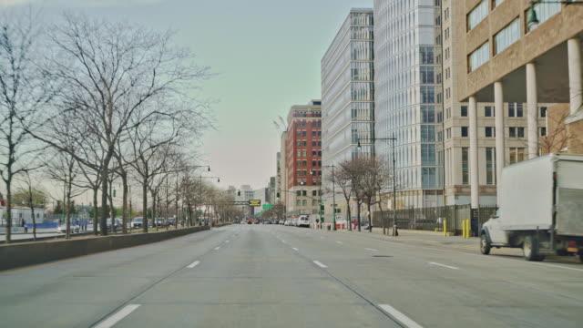 マンハッタンの通りは、コロナウイルスの流行中に都市の部分的なロックダウン中にさびれています。 - ロックダウン点の映像素材/bロール