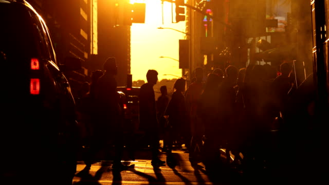 stockvideo's en b-roll-footage met manhattan zonsondergang straatbeeld - oversteekplaats