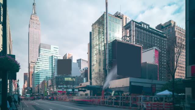 manhattan trafik korsningen med empire statlig byggnad 4 k tid förfaller nyc - fornhistorisk tid bildbanksvideor och videomaterial från bakom kulisserna