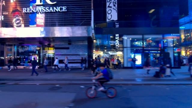 vidéos et rushes de nyc manhattan xxi série synchronisée côté droit conduite studio plaque de process - voiture nuit