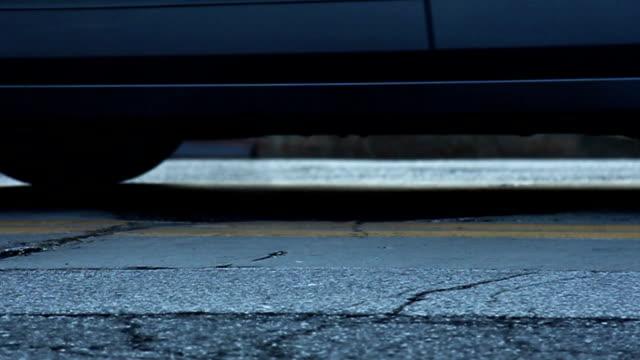einsteigloch dampfbad - asphalt stock-videos und b-roll-filmmaterial