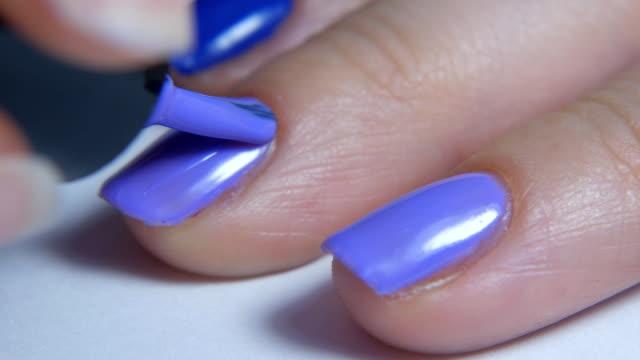 maniküre in häuslichen bedingungen nahaufnahme. weibliche hände maniküre in der nähe zu sehen. - fingernagel stock-videos und b-roll-filmmaterial
