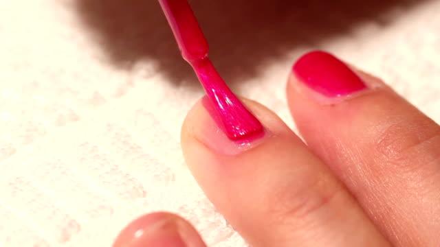 маникюр и макияж цвет живопись их ногтей - ноготь на руке стоковые видео и кадры b-roll