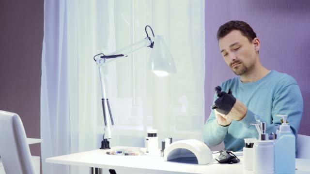 manicure master indossa guanti - arto umano video stock e b–roll