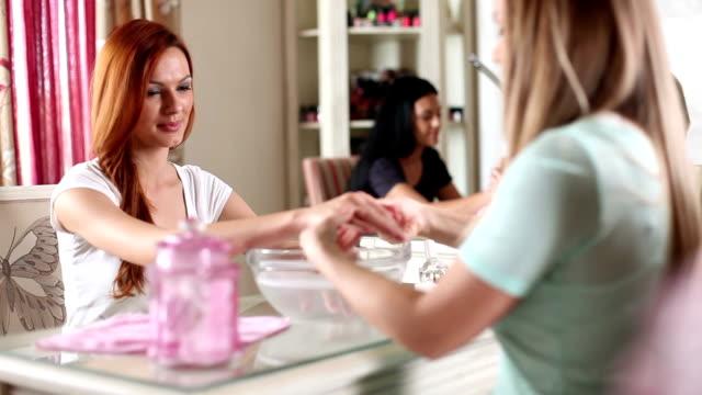 manicure treatment - nagellack bildbanksvideor och videomaterial från bakom kulisserna
