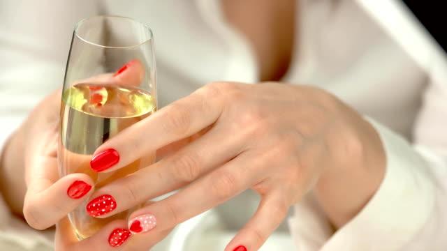 シャンパン グラスで手入れの行き届いた手。 - エステ点の映像素材/bロール