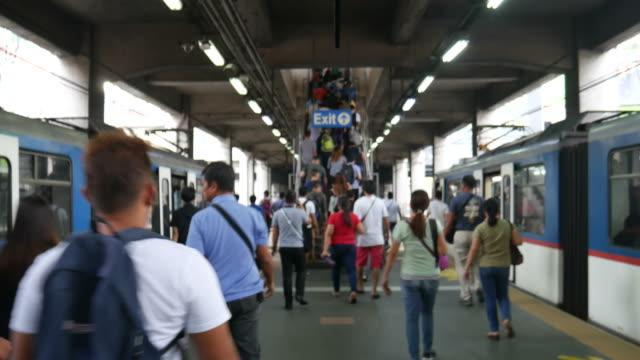 treno di transito ferroviario di manila e pendolari - filippino video stock e b–roll
