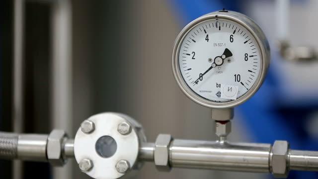 manometer på laboratoriet pipeline - barometer bildbanksvideor och videomaterial från bakom kulisserna