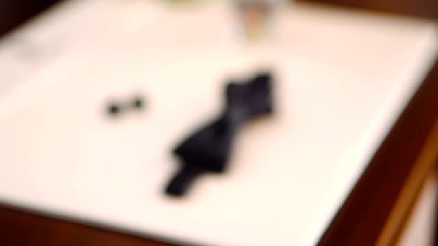 uomo di farfalla e gemelli su un tavolo - manica video stock e b–roll