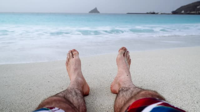 vídeos de stock e filmes b-roll de mans feet on sandy beach. vacation and relaxation concept, beach holidays background. 4k video - cabo verde