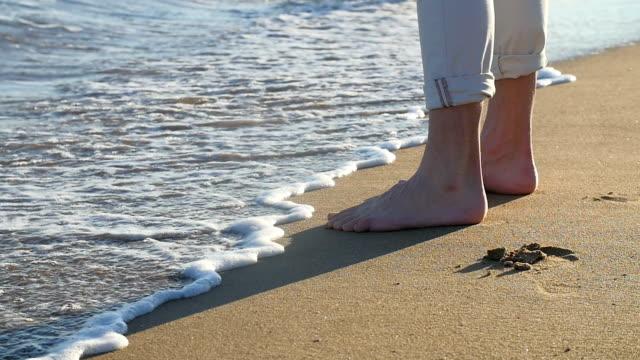 Homem pés na areia. - vídeo