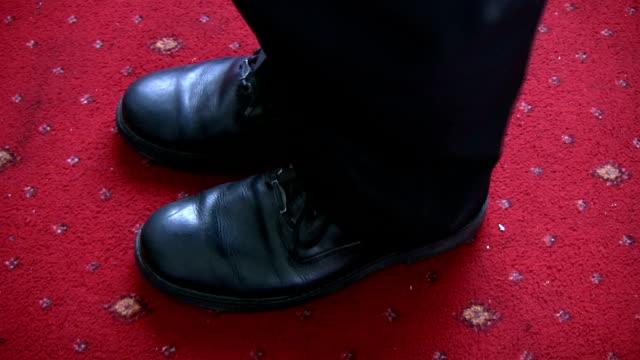 man's feet rocking forward on reaching upwards - på tå bildbanksvideor och videomaterial från bakom kulisserna