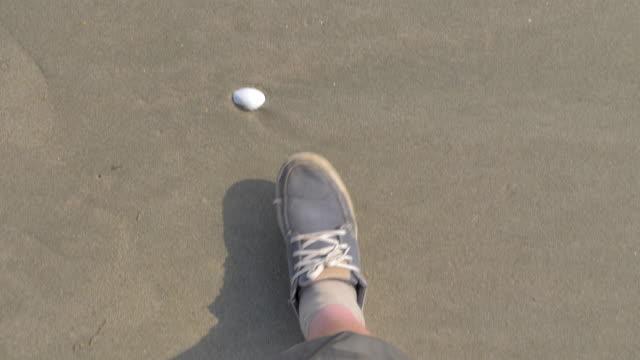 砂浜を歩く男の足 ビデオ