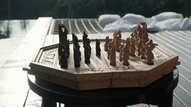 mann hand hält handgemachte schach in der nähe von pool - könig schachfigur stock-videos und b-roll-filmmaterial