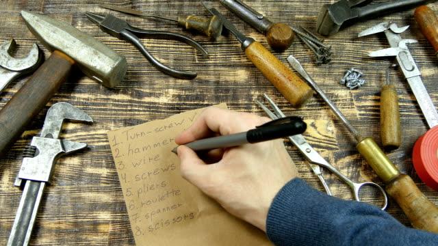vídeos y material grabado en eventos de stock de hombre lista de la mano de las herramientas, de sentar plana - pinzas utensilio para servir