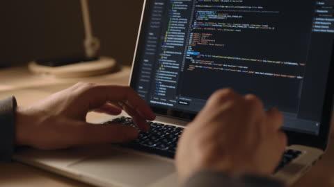 vídeos y material grabado en eventos de stock de man's hands coding en el ordenador portátil close up. hombre usando computadoras portátiles. el programador hombre escribe código - codificar
