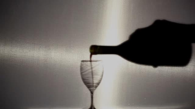 vídeos de stock e filmes b-roll de homem mãos de abrir uma garrafa de vinho - puxar cabelos