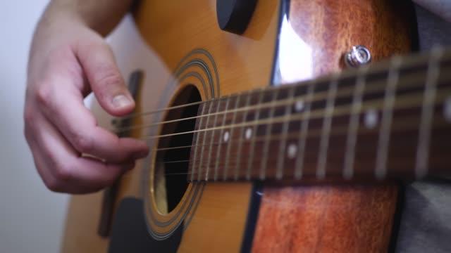 mannens händer spelar akustisk gitarr - akustisk gitarr bildbanksvideor och videomaterial från bakom kulisserna
