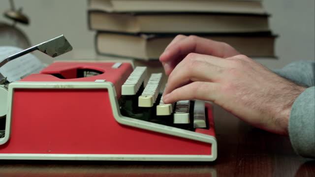 Iemands handen te typen op een typemachine rood video