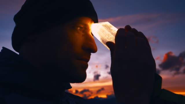 일몰 동안 치유 크리스탈을 가진 남자의 머리 - 영성 스톡 비디오 및 b-롤 화면