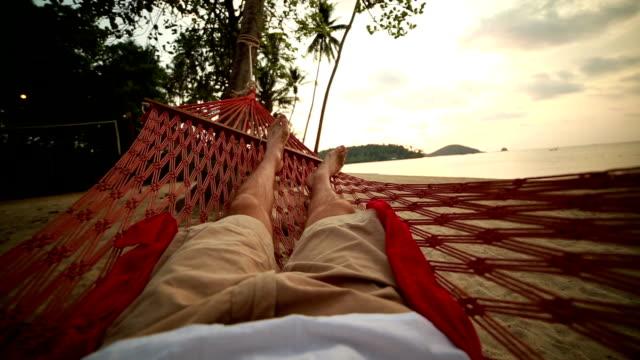 男性の脚を hammoch - 異国情緒点の映像素材/bロール