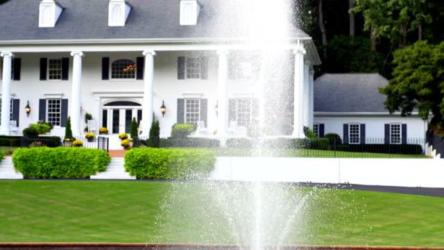 vídeos de stock e filmes b-roll de mansão imponente - mansão imponente
