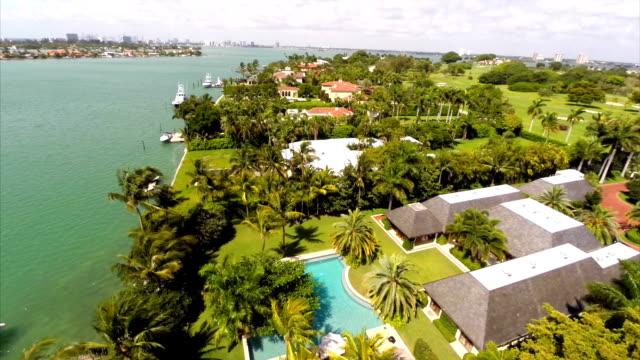 vídeos de stock e filmes b-roll de mansions em miami beach vídeo aéreo de - mansão imponente
