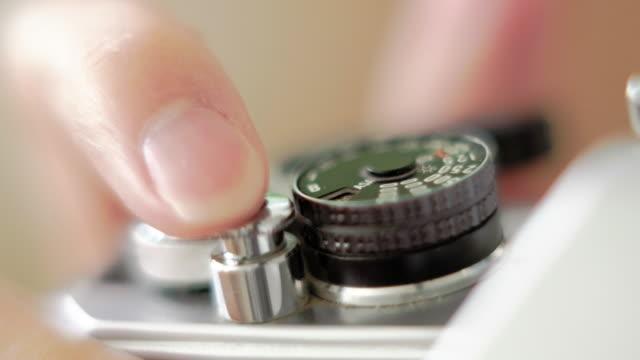 manual camera control - analogico video stock e b–roll