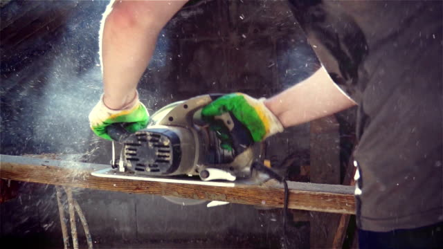 Manual saw blade gets stuck in the wood video