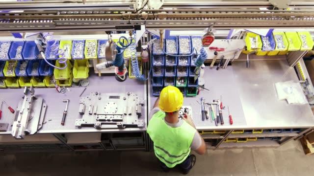 manual worker assembling a machine part - часть машины стоковые видео и кадры b-roll