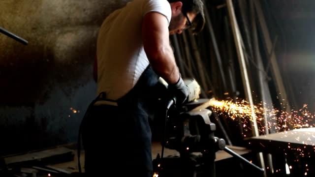 handwerker auf einer werkstatt - halle gebäude stock-videos und b-roll-filmmaterial