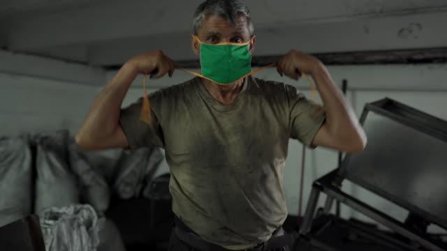 manuell arbetare sätta skyddsmask innan arbetet i kokos kol fabrik - water pipes bildbanksvideor och videomaterial från bakom kulisserna