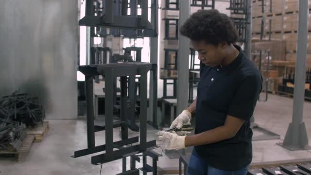 Manual worker using pliers to separate metal