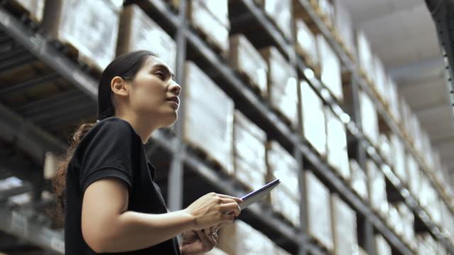 tablet pc depoda çalışan işçi - el aleti stok videoları ve detay görüntü çekimi