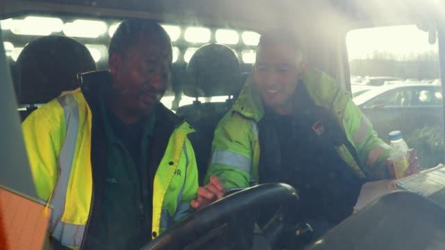 vídeos y material grabado en eventos de stock de trabajadores manuales preparándose para comenzar el día - conductor de autobús
