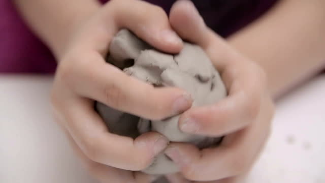 vidéos et rushes de des ateliers manuels pour les enfants, argile, moulage, gros plan - thérapie alternative